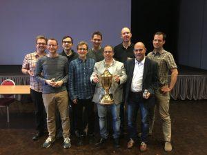 Team mit Pokal